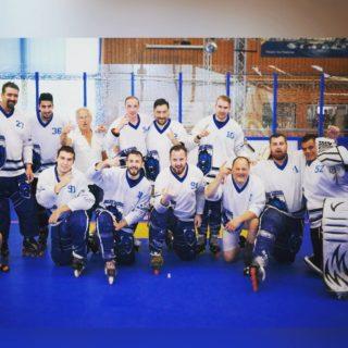 Vielen Dank für die Nominierung an die @hgnuernbergpatriots 😊 Wir nominieren: @crocodilesdonaustauf @deggendorfpflanz_official @tsv_pleystein_piranhas @bluearrows.de @erc_ingolstadt_lumberjacks REGELN: postet ein Foto von euch / eurem Team / Trainer /Fans etc. Innerhalb von 24 Stunden und nominiert 5 weitere Mannschaften / Organisationen. Falls ihr es nicht macht, spendet bitte 30€ an die Schwabach Blue Lions, zweckgebunden für die Finanzierung neuer Trikots - Vielen Dank #skaterhockey #challenge #nominierung #fuckcorona #schwabach #ishd #briv